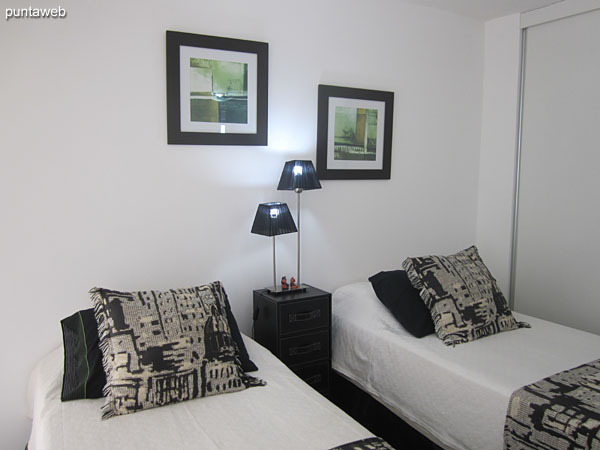 Segundo dormitorio. Situado hacia el lateral oeste con acceso a balcón terraza propio.<br><br>Equipado con dos camas individuales.