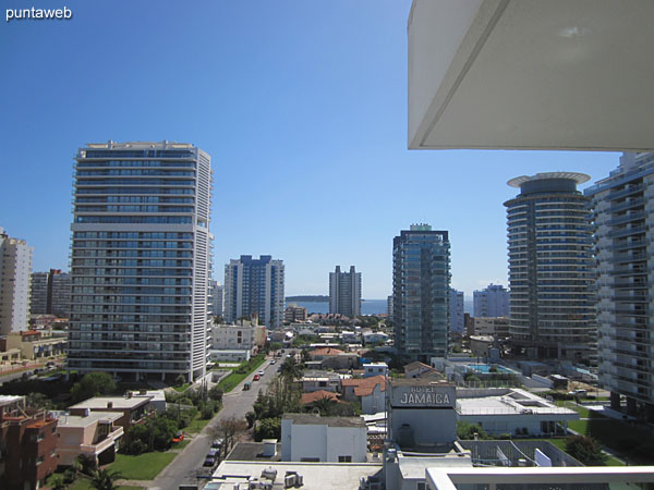 Vista hacia la playa Mansa desde la ventana del segundo dormitorio.