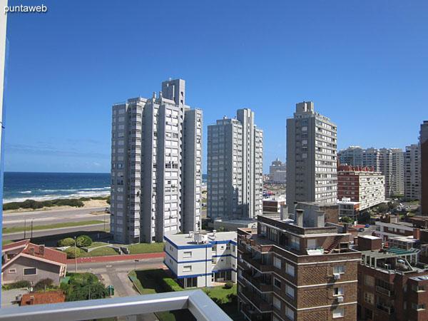 Vista hacia la playa Brava desde el balcón terraza del segundo dormitorio.