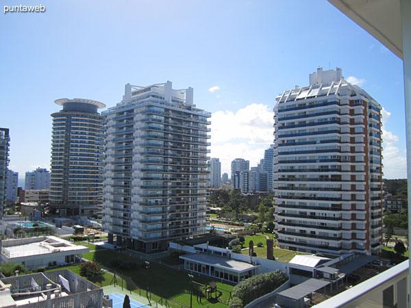 Vista hacia el entorno de edificios desde el balcón terraza del segundo dormitorio.