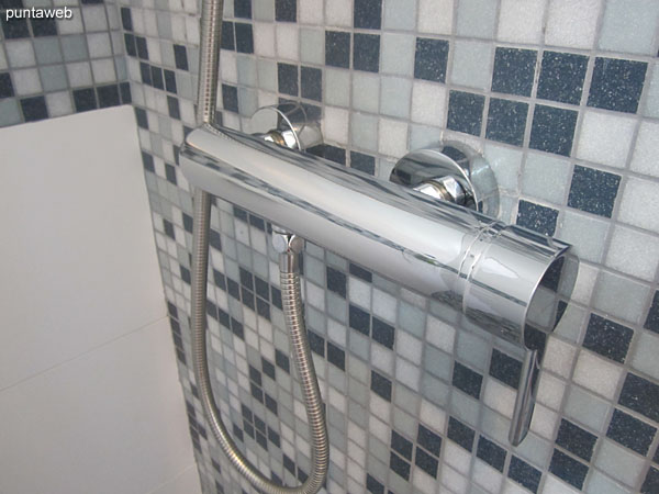 Detalle de grifería en sel segundo baño.