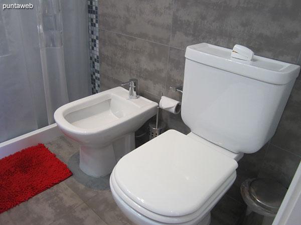 Artefactos sanitarios en el segundo baño.