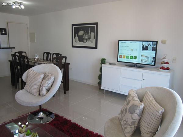 Ambiente de estar en el living comedor. TV cable, aire acodicionado.