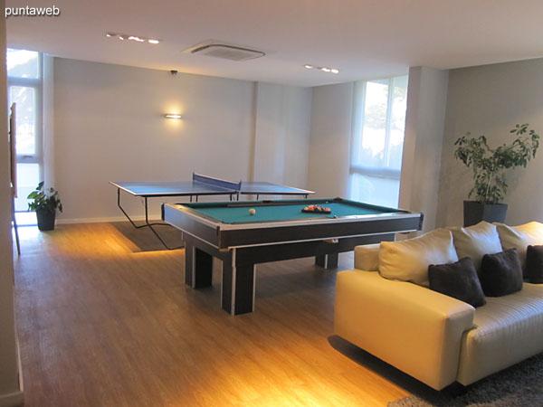 Sala de juegos para chicos y adolescentes situada en planta baja.<br><br>Equipada con mesa de pool y mesa de ping pong. TV con cable.