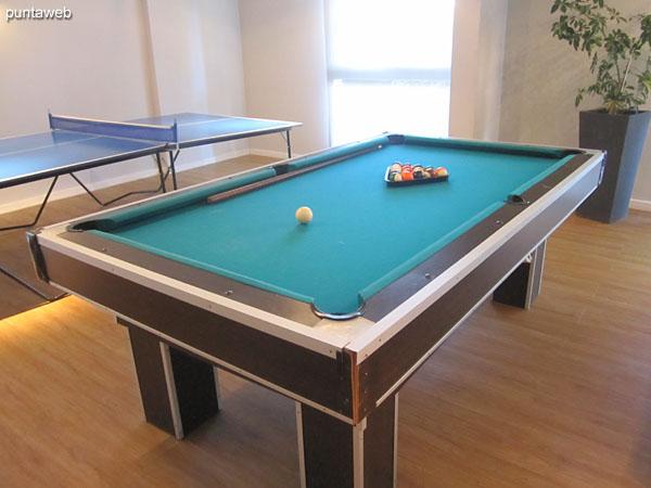 Mesa de pool en la sala de juegos.
