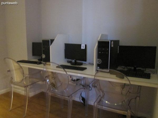 Espacio con computadores y acceso a internet en la sala de juegos.