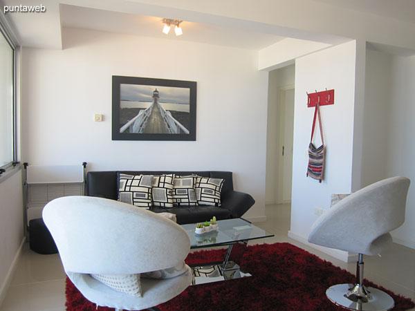 Vista general del ambiente de estar. Sofá cama y dos butacas individuales.