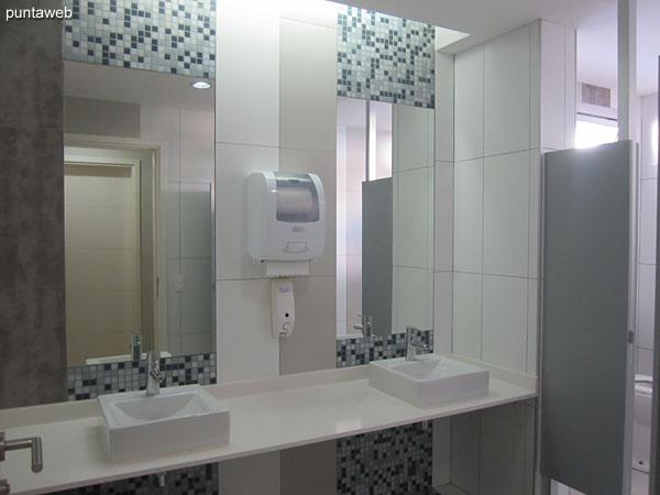 Baños en el sector de sauna.