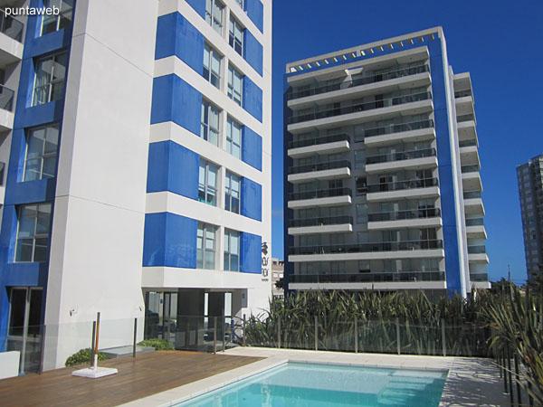 Arenas del Mar cuenta con dos piletas al aire libre junto a los edificios de uso indistinto.
