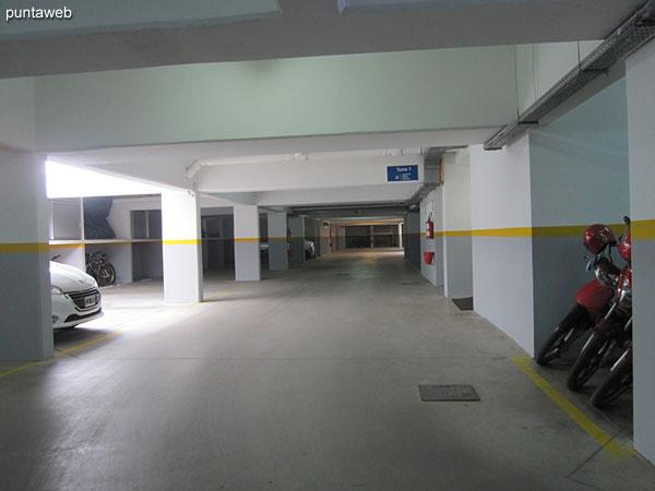 Vista general del garage en subsuelo.