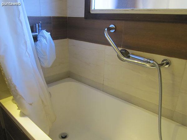 El baño principal cuenta con bañera y cortina de baño.