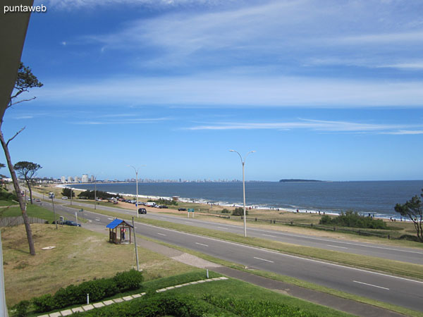 Vista hacia la pen�nsula de Punta del Este desde el balc�n terraza del apartamento.