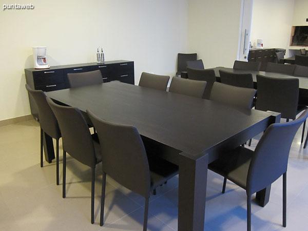 Detalle de las mesas en el sector de barbacoas. Confeccionadas en madera con capacidad para ocho personas sentadas cada una.