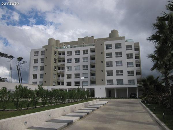 Vista hacia la fachada del contrafrente del edificio desde el el acceso para veh�culos.