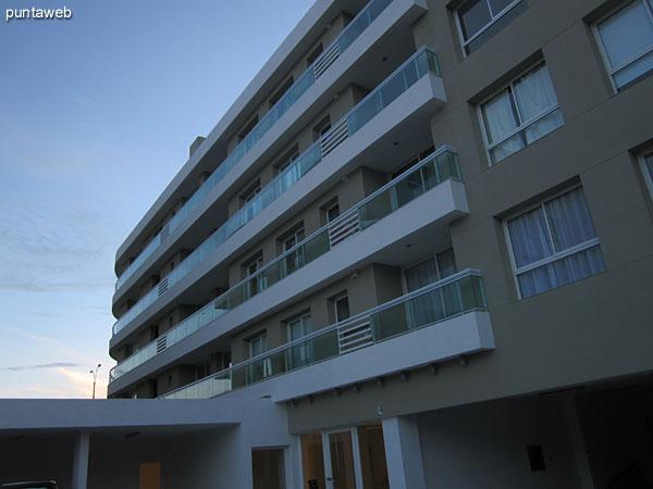 Vista hacia la fachada del contrafrente del edificio desde el jard�n circundante a la pileta al aire libre.
