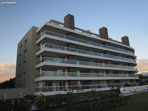 Fachada del edificio desde el lateral norte.