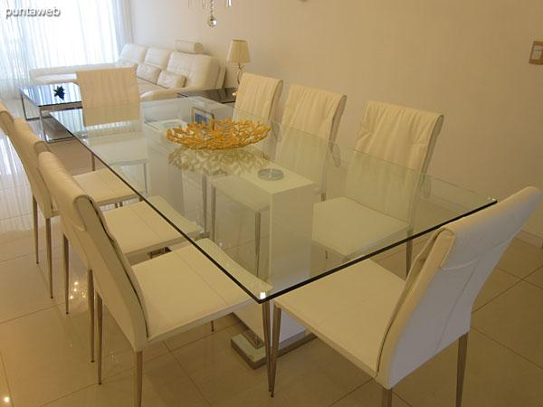 Detalle de la mesa del comedor, en vidrio con capacidad para ocho personas.