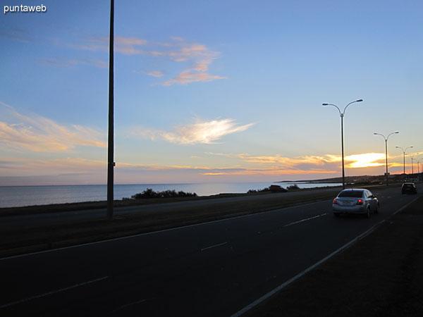 Vista de la ruta de acceso a Punta del Este desde el jard�n al frente del edificio.