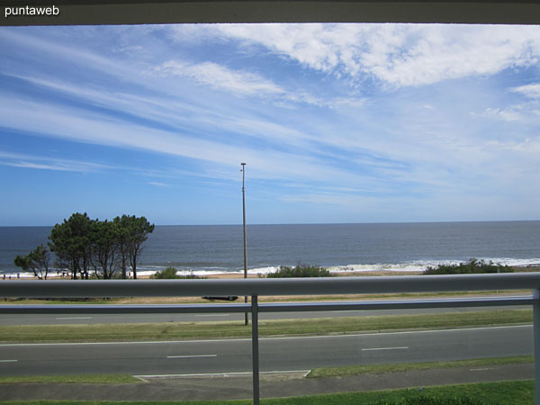 Frontal view towards the bay of Punta del Este on the Pinares beach from the terrace balcony of the apartment.