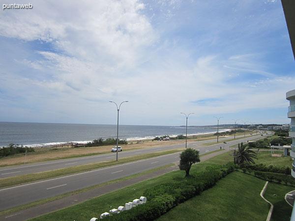 Vista hacia el noroeste – Punta Ballena – desde el balc�n terraza del apartamento.