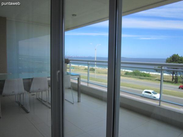 Vista hacia el mar desde la ventana de la suite principal.