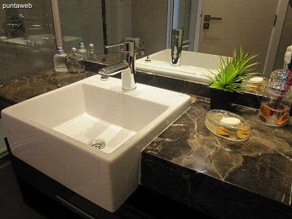 Ba�o de la suite. Interior, equipado con ducha, mampara e hidromasaje.