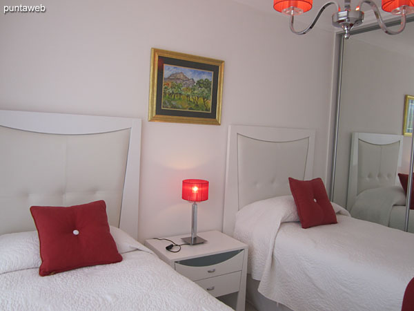 Second suite, located towards the quiet part of the building. Equipped with two single beds, cable TV and air conditioning.