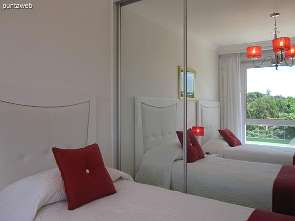 Amplios placares de puertas espejadas en la segunda suite.
