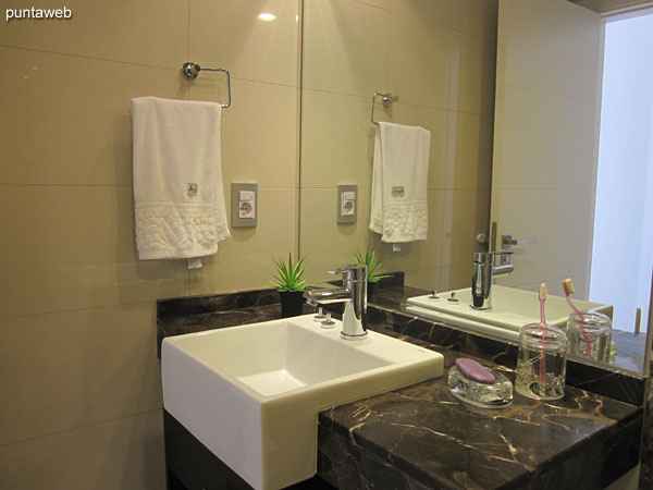Bathroom of the second suite. Interior, equipped with shower and bath screen.