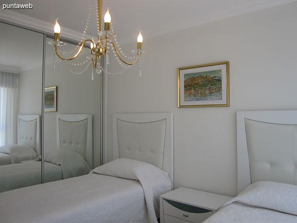 Tercera suite. Situada hacia el contrafrente y equipada con dos camas individuales y aire acondicionado.