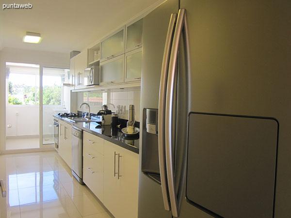 Cocina, exterior con acceso a lavadero y ventana hacia el contrafrente.<br><br>Equipada con mesada con doble bacha en acero inoxidable, muebles y estantes bajo y sobre mesada.<br><br>Cuenta con acceso de servicio.
