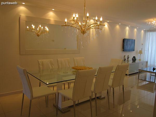 Ambiente continuo de living comedor. Al ingreso el espacio de comedor con importante mesa en vidrio para ocho personas.