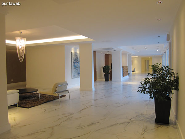 Lobby. Importante espacio de circulaci�n con estaciones generando ambientes de estar.