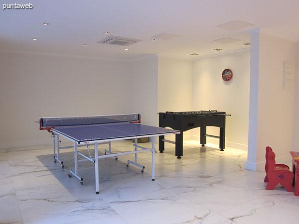 Sala de juegos para chicos y adolescentes. Situada a nivel del lobby del edificio.<br><br>Equipada con mesa de ping–pong, futbolito y otros juegos para ni�os.