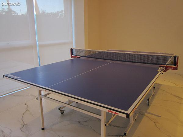Detalle de la mesa de ping–pong en la sala de juegos para chicos y adolescentes.