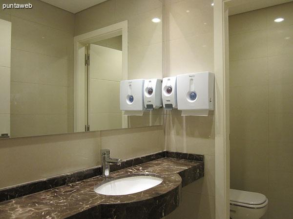 Ba�os, duchas y lockers en el entorno a la pileta climatizada.