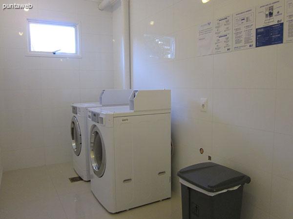 Espacio de lavander�a. Equipado con m�quinas por fichas.