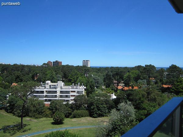 Vista hacia la playa Mansa desde el balcón terraza del apartamento.