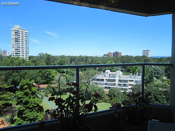 Vista hacia el entorno natural del predio del edificio desde el balcón terraza del apartamento.