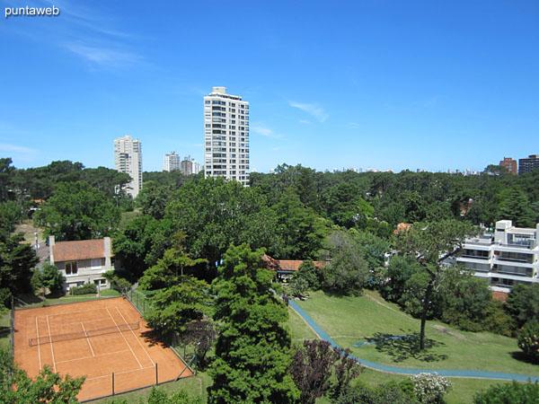 Vista hacia el entorno natural del precio desde el balcón terraza del apartamento.