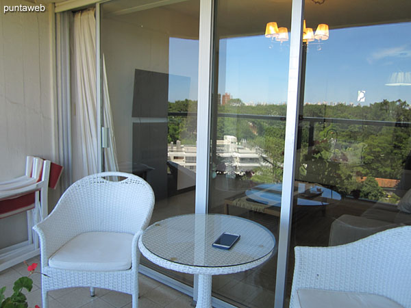 Balcón terraza equipado con mesa redonda y dos sillas.