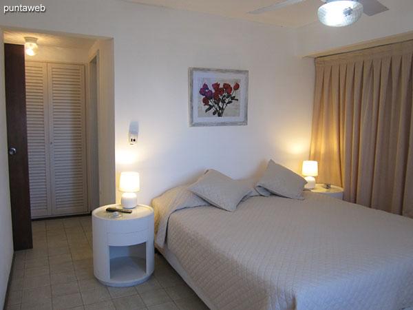 Suite. Situada hacia la esquina suroeste. Cuenta con cama matrimonial, ventilador de techo y TV cable.