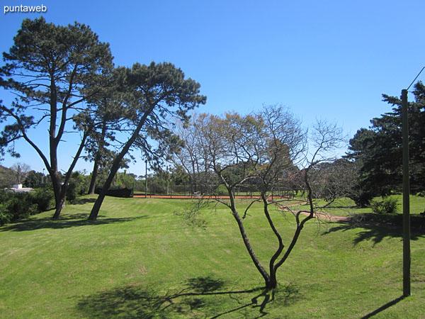 Parquemar R cuenta con un extenso jardín con canchas de tenis, cancha de fútbol para chicos, dos barbacoas, pileta al aire libre y juegos para niños.