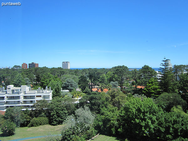 Vista hacia el entorno de barrio residencial en dirección a la playa Mansa desde la ventana del segundo dormitorio.