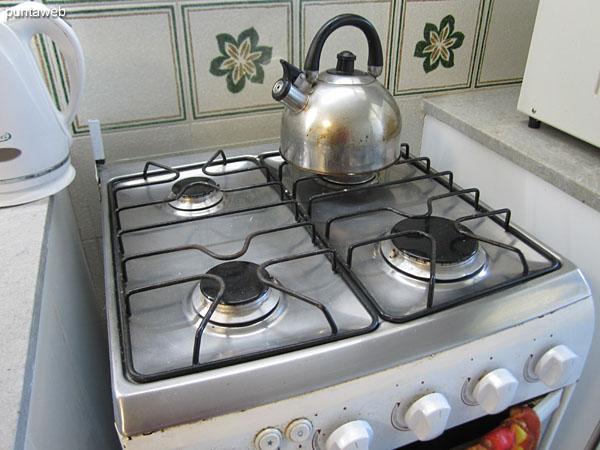 Cocina a gas de cuatro hornallas.