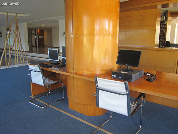Space with computers with internet access in the building lobby.