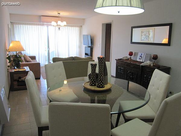 Vista general del living comedor. En primer plano el espacio de comedor. Hacia el fondo el espacio de estar y el acceso al balcón terraza del apartamento.