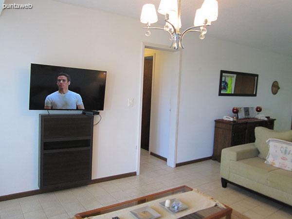 El espacio de estar cuenta con TV cable.