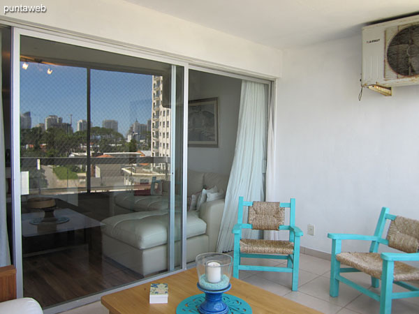 The balcony of the apartment has an armchair with two bodies and two individual wooden chairs around a low table.<br><br>It has an enclosure and offers views towards Av. Roosevelt.