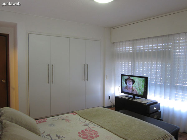 Suite room. Located towards the south side of the apartment. It has a double bed, TV with cable, air conditioner and curtains with electric mechanism.